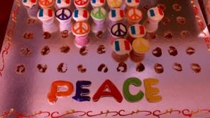 """""""Peace Cupcakes"""" délicieux réalisés par les étudiants francisants de l'université américaine du Koweït. Photo (c) Bulent Inan."""