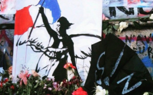 """Dessin au pied de la statue de la République représentant la figure féminine du célèbre tableau d'Eugène Delacroix, """"La liberté guidant le peuple"""" (1830). Photo (c) Bulent Inan."""