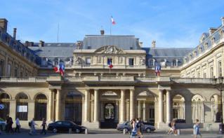 Entrée du Conseil d'État, plus haute instance administrative de France, siégeant au Palais-Royal à Paris depuis 1875. Image du domaine public.
