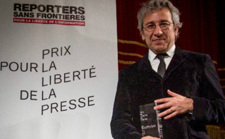 Can Dündar recevant le 17 novembre 2015 à Strasbourg le Prix 2015 pour la liberté de la presse de RSF et TV5 Monde. Image du domaine public.