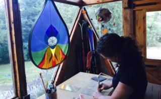 Albertina dans son atelier au milieu de ses créations. Photo (c) Marie-Rachel Aparis