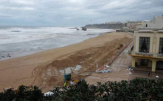 Aperçu de la digue de sable montée sur la Grande Plage de Biarritz, en face du Casino. Photo (c) Julie Cartelier