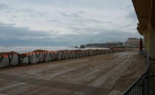 Sacs de sable placés devant le Casino de la Grande Plage de Biarritz. Photo (c) Julie Cartelier