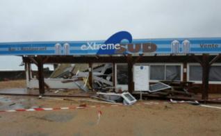 Le restaurant Extrême Sud, en partie détruit par les vagues dans la nuit de lundi à mardi à Tarnos. Photo (c) Julie Cartelier