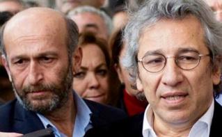 De gauche à droite: Erdem Gül et Can Dündar avant d'être entendus par le parquet d'Istanbul. Image du domaine public.