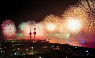 Les tours du Koweït illuminées par un feu d'artifice. Image du domaine public.