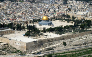 Vue aérienne de l'esplanade des Mosquées: le dôme du Rocher est au centre et la mosquée Al-Aqsa en bas à gauche de l'image. Image du domaine public.