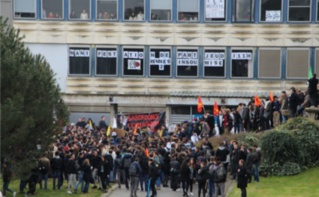 Les étudiants de Rennes 2 réunis devant les marches du hall B. Photo (c) Alice Dutray.