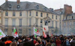Étudiants, lycéens et salariés défilent dans les rues de Rennes. Photo (c) Alice Dutray.