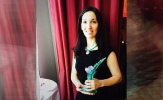 Delphine Minoui à la remise du prix littéraire ESJ Paris - Maison Blanche. Image originale: page Facebook de Delphine Minoui.