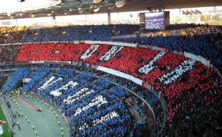 Les fans du PSG durant un match contre l'OM avant la finale de la Coupe de France en 2006. Image du domaine public.