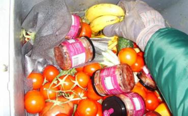 Des tonnes d'aliments sont jetés alors que consommables. Photo © Sigurdas
