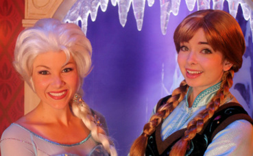Elsa et Anna. Photo (c) MaddyInDisneyland