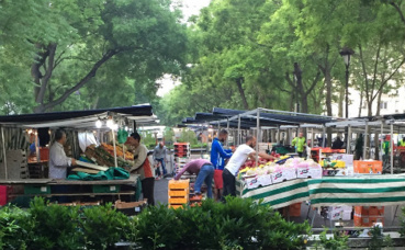 Du commerce sur espace public entre les deux voies du boulevard Richard Lenoir, Paris 11e. Photo prise par l'auteur.