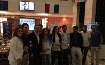 Convives rassemblés autour de l'Ambassadeur de France au Koweït. Photo (c) Bulent Inan.