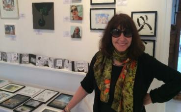 La galeriste Dorothy près des œuvres exposées. Photo © Laurène Le Fourner