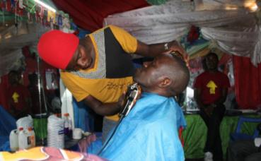 Un ex-enfant soldat dans son salon de coiffure - construit avec l'appui de l'ONG PAMI et UNICEF. Photo (c) Pierre Buingo, Goma, février 2016