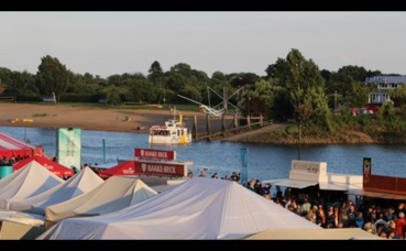 Un ferry dessert la plage sur le rive opposée. Photo (c) Alice Dutray.