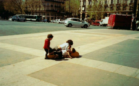 Des enfants de la rue, place de la Bastille, Paris. Photo (c) Julie Cartelier