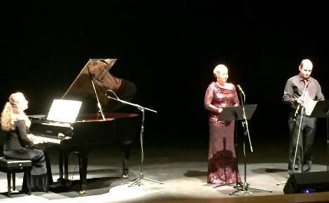 Trio tchèque de musique classique. De gauche à droite: la pianiste Marie Al-Ashhabová, la soprano Markéta Mátlová, le hautboïste Jan Thuri. Photo (c) Bulent Inan.