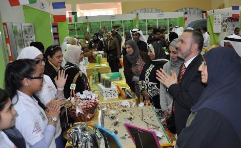 """L'Ambassadeur de France au Koweït avec les élèves d'un collège public koweïtien à l'occasion de l'ouverture de l'exposition """"Formidables fourmis"""". Photo (c) Bulent Inan."""