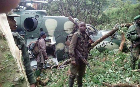 Soldats FARDC sécurisant l'hélicoptère après son crash. Photo (c) Blaise Sanyila