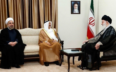 Visite de l'Émir du Koweït en Iran, en 2014. De gauche à droite: le Président d'Iran, l'Émir du Koweït et le Guide suprême d'Iran. Image du domaine public.