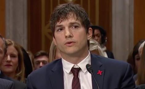 Ashton Kutcher pendant son discours du mercredi 15 février 2017. Image de la vidéo ci-dessous.
