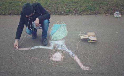Mr Colors en train de dessiner sur les allées du Parc à Dijon. Photo (c) Sarah Belnez.