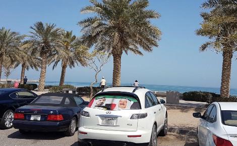 Autocollant sur la lunette arrière d'une voiture au Koweït aux couleurs du drapeau koweïtien, représentant le portrait de l'Émir de Dubaï (à gauche) et le portrait de l'Émir du Koweït (à droite). Photo (c) Bulent Inan.