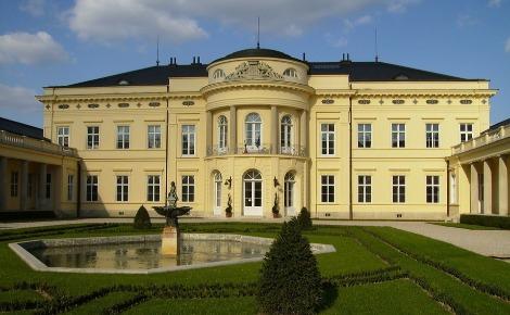 Le château Karolyi. Photo libre de droits.