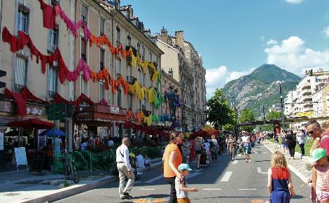 Deux kilomètres d'animations sur le Cours Jean-Jaurès - Libération à Grenoble. Photo (c) Anaïs Mariotti