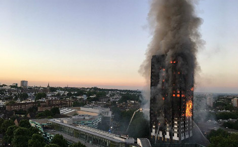 La tour Grenfell en flammes. Photo (c) Natalie Oxford