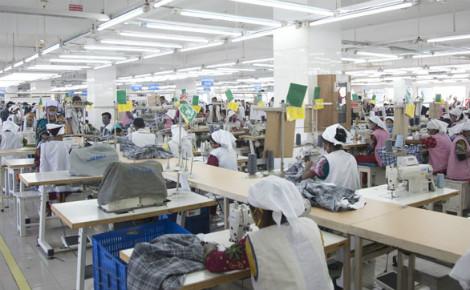 Travail dans une usine de textile au Bangladesh. Photo (c) Musamir Azad