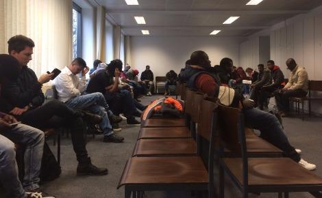 Des demandeurs d'asile dans une salle d'attente de l'office de l'immigration à Düsseldorf. Photo prise par Erick Bassène.