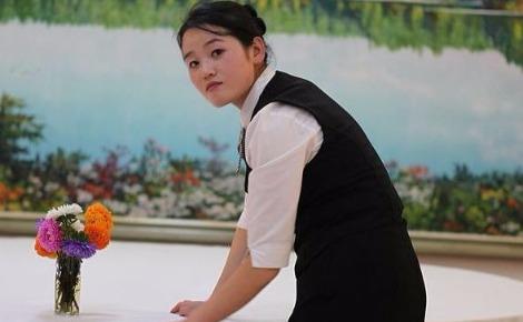 """Serveuse en Corée du Nord. Sourire, servir et nettoyer pour un petit salaire, telles sont les caractéristiques d'un métier """"acceptable"""" pour une femme dans des pays où les stéréotypes sexistes existent toujours. Dans ce cas, le métier de serveuse renvoie aussi au rôle attribué à la femme dans la société: au service d'autrui, au service des hommes. Photo (c) Roman Harak"""