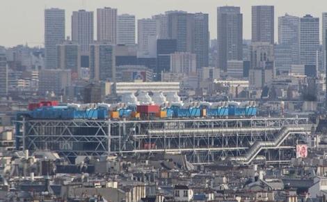 Vue sur le Centre Pompidou de Paris depuis la basilique du Sacré-Cœur de Montmartre. Photo (c) Chabe