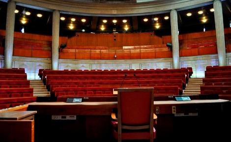 L'hémicycle du Palais d'Iéna où sont tournées les scènes de l'Assemblée nationale. Photo (c) Tiraden.