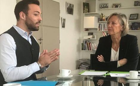 Édouard rencontre la secrétaire d'État aux personnes handicapées, Sophie Cluzel. Photo (c) Stéphen Detrez