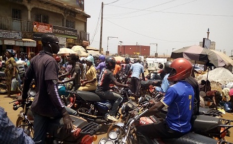 Des taxi-motards au rond-point de Matoto à Conakry. Photo (c) Boubacar Barry