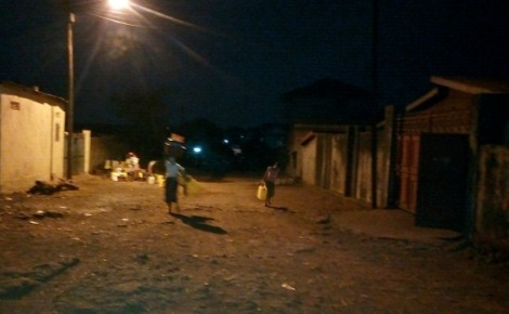 Les femmes du quartier Simbaya-Gare à Conakry à la recherche de l'eau à 22 heures. Photo prise par l'auteur.