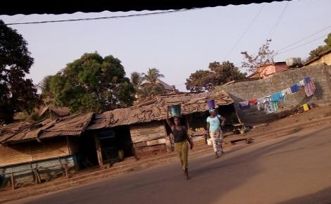 Les femmes de Cosa (Conakry-Guinée) traversant la route à la recherche de l'eau. Photo prise par l'auteur.