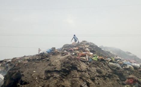 La montagne d'ordures de Matoto, située entre Cosa et La Tannerie. Au sommet, deux enfants à la recherche d'objets recyclables. Photo prise par Boubacar Barry.