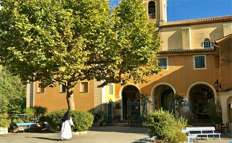 Le paisible parvis du sanctuaire dédié à Notre Dame de Laghet à la Trinité. Photo (c) Charlotte Service-Longépé
