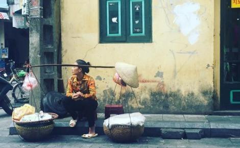 Leo dans une rue d'Hanoï. Photo (c) Fatiha Zeroual