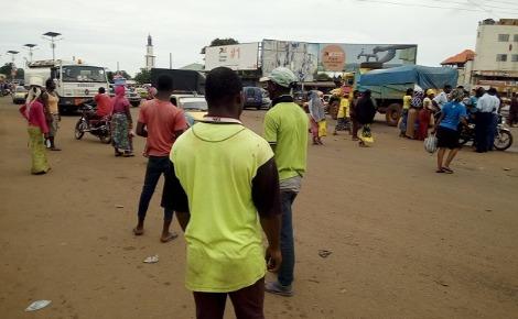 Jeunes rabatteurs à Conakry. Photo prise par l'auteur.