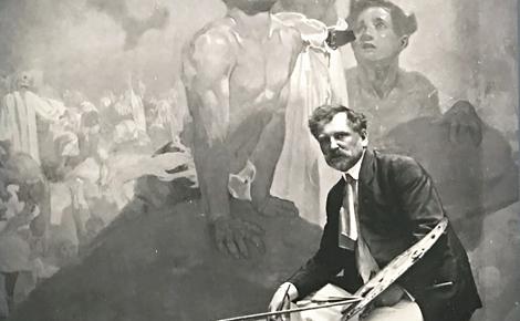 Alphonse Mucha posant devant un des tableaux. Photo du cliché exposé (c) Charlotte Service-Longépé