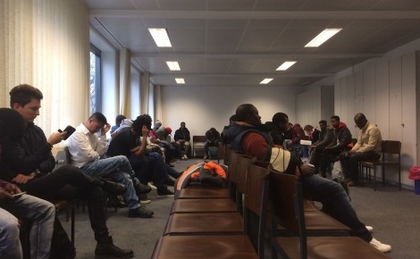 Demandeurs d'asile à l'office de l'immigration à Düsseldorf. Photo (c) Erick Bassène.