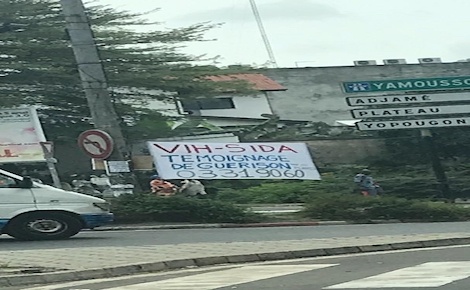 Affiche pour la journée mondiale contre le VIH à Abidjan. Photo (c) Maria Von Kirchmann