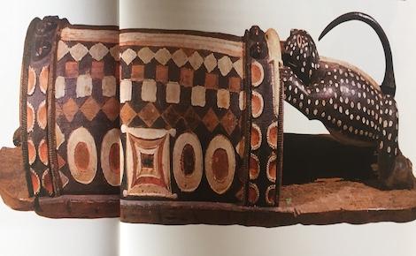 Tambour parleur. Extrait de Corps Parés corps Sculptés p.186 (c) Laurence Marianne-Melgard